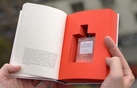 Еще один необычный вариант подарить парфюм парню.