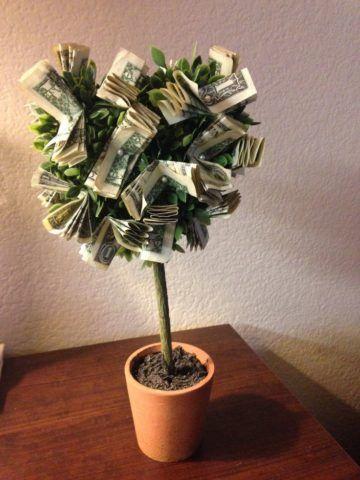 Можно прицепить больше денег к кроне, чтобы она выглядела объемнее и внушительнее.