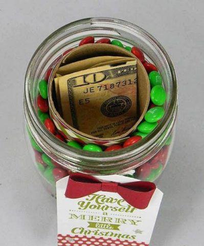 Насыпьте в банку конфеты, а в центр вложите нужную сумму.