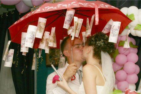 Прекрасный зонт, наполненный множеством денег.
