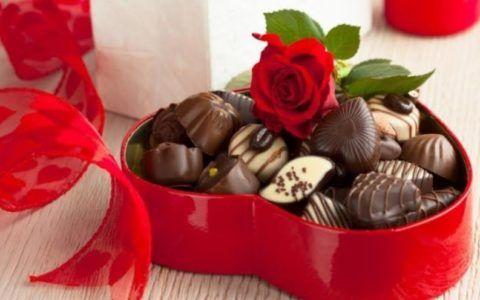 Роза и коробочка шоколадных конфет – универсальный праздничный набор