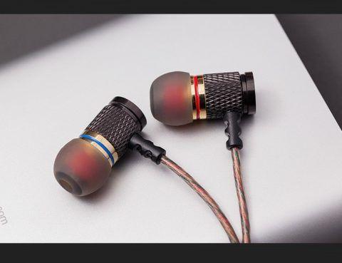 Удобные вакуумные наушники, которые приглушают окружающие звуки.