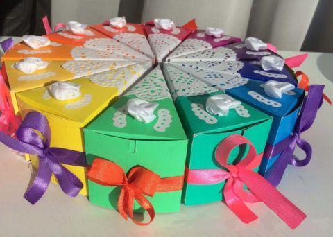 В такие коробочки положите игрушечные купюры.