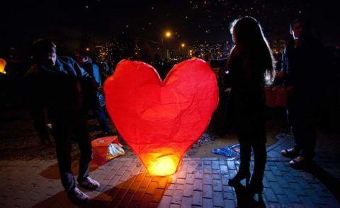 Запуск бумажного фонарика в форме сердца