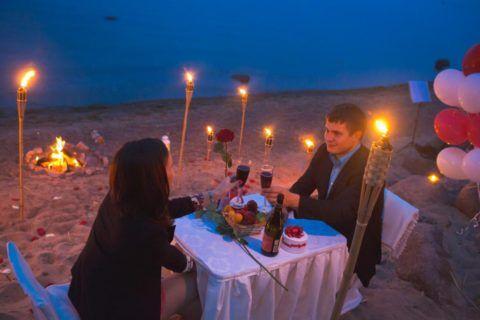 А можно провести романтический вечер на пляже под шум волн, если годовщина выпадает на лето.