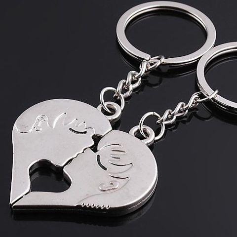 Брелоки в форме целующейся пары, составляющей сердце.