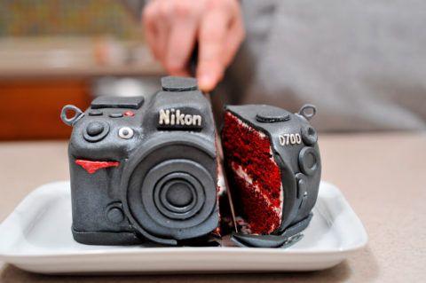 Фотографу можно вручить стильный и невероятно вкусный торт в виде фотоаппарата.