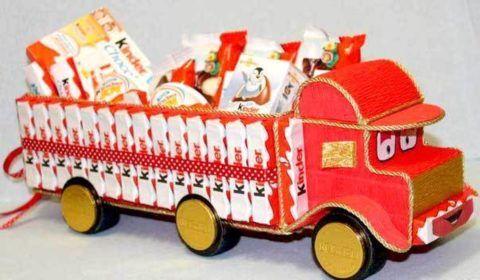Грузовой автомобиль можно нагрузить множеством вкусных сладостей.