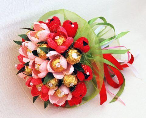 Конфеты можно вложить в бумагу, собранную в форме цветов.