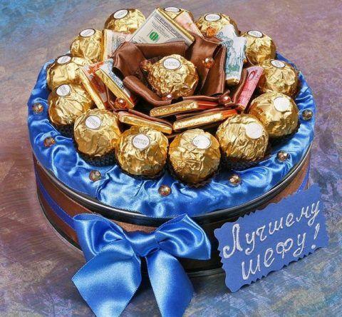 Красивая коробка с конфетами в качестве того, что можно вручить руководителю.