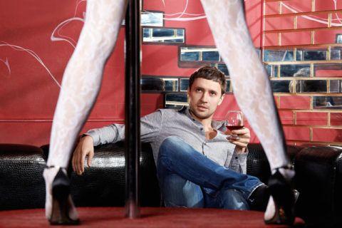 Мало какому мужчине не понравится стриптиз в исполнении его любимой девушки.