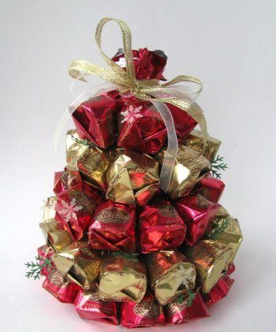 Милая новогодняя елочка из конфет в качестве сладкого презента.