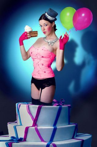 Можно совместить стриптиз с необычным появлением из коробки или в данному случае – торта.