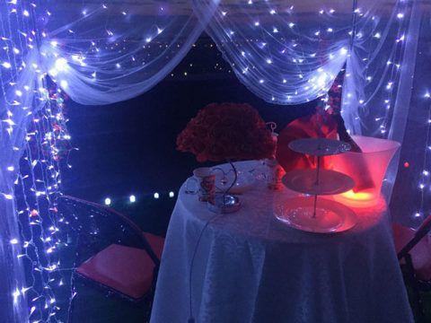 Не забудьте про различные гирлянды и светильники, которые создадут романтичный полумрак.