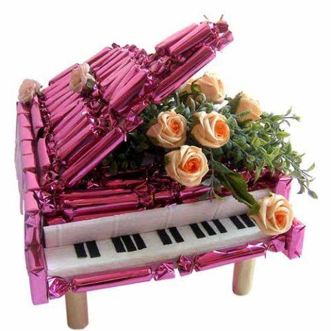 Невероятно очаровательный рояль с конфетами и цветами покорит любую девушку!