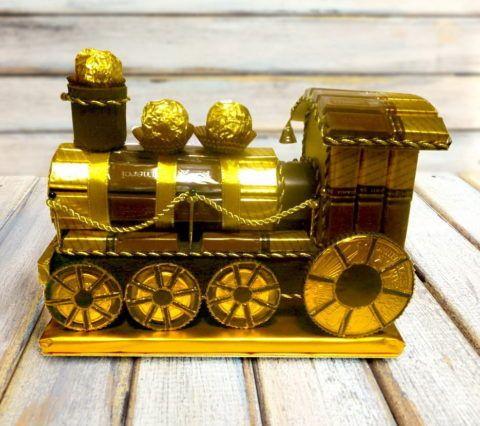 Практически настоящий паровоз из конфет!