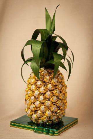 Прекрасный и очень необычный ананас, под которым скрыта бутылка с чем-то крепким.