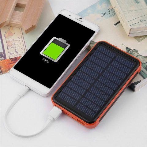 Внешний аккумулятор, работающий от солнечной энергии, необычный и полезный презент.