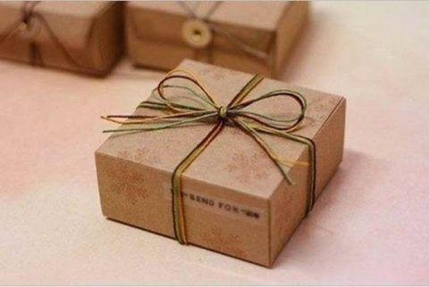 Коробка из картона, перевязанная тесьмой, смотрится интересно и по мужски сдержано.