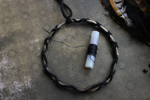 Фиксируем нить в нескольких частях кольца с помощью мелких узелков