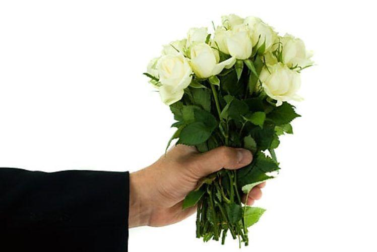 Началом уразы, парень дарит цветы открытка
