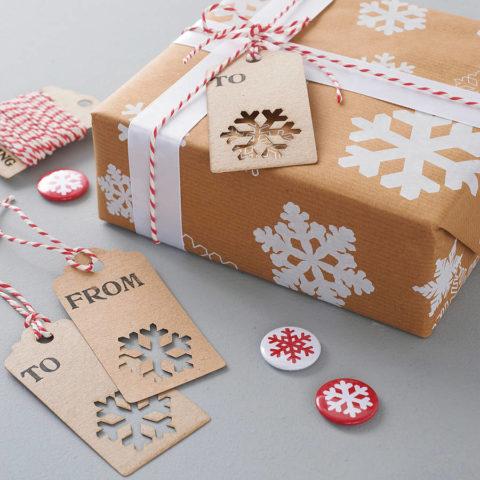 К такой упаковке прекрасно подойдут снежинки на значках и на этикетке получателя.