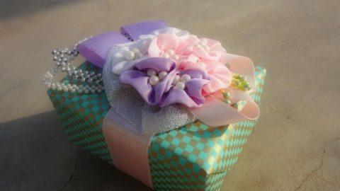 Красивые тканевые цветы в качестве композиционного центра.