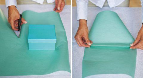 Отрежьте нужный размер бумаги и сложите ее на две части.
