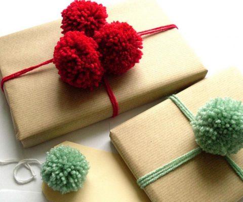 Подходящие по цвету к нитям помпоны станут прекрасным украшением композиции!