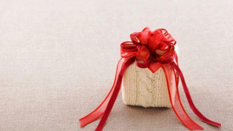 При желании можно упаковать презент в собственноручно связанное полотно.