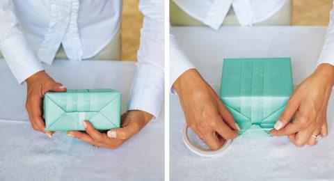 Закрепите уголки скотчем или двусторонней лентой.